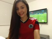 Novinha Virgem Gostosa Tirando a Roupa e Olhando a Seleção - http://www.novinhas.tv