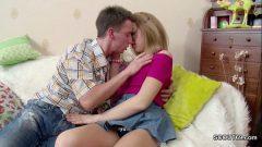 Irmão mais velho tirando a virgindade da irmã novinha no Video Porno Incesto