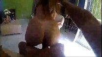 Novinha quicando na pika o cara que faz o vídeo pucha o cabelo para enpinar a abunda