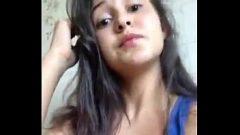 Caseira novinha exibindo sua bucetinha se masturbando em vídeo