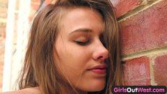 Novinha safada em prédio exibindo seu corpinho para o namorado filma ela