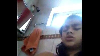 Novinha na Siririca Até Gozar Socando o Cabo de Uma Escova na Xota
