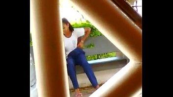 Flagra Negrinha Novinha Batendo Punheta Pra Colega Depois do Recreio da Escola