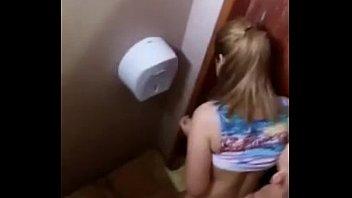 Flagra Novinha Putinha Dando a Xota no Banheiro do Baile Funk
