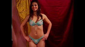 Gatinha Striptease no Palco da Boate