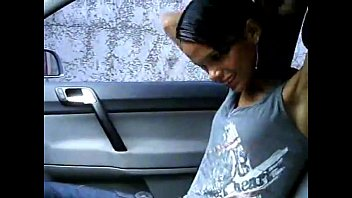 Novinha Exibida Flagrada Tirando roupa Dentro do Carro do Macho