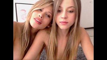Duas Primas Gostosas peladas na webcam mostrando suas bucetas gostosas