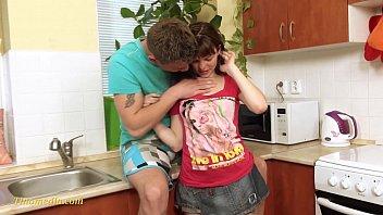 Irmão e flagrado fodendo ir irma na cozinha da sua casa