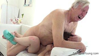 Avô fodendo sua neta novinha safadinha sem mae dela saber