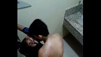 Flagra novinha puta do Pará bêbada fodendo no banheiro levando tapas na bunda