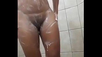 Morena magrinha lavando sua xana cabeluda molhadinha no banho