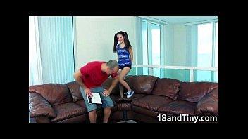 Ninfetinha gostosa fazendo sexo com seu pai safado