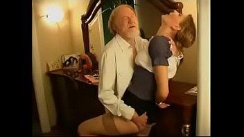 Novinha gostosa fazendo sexo com seu avô safado