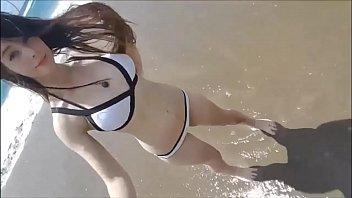 Novinha gostosa mostrando seu peitos gostosos na praia