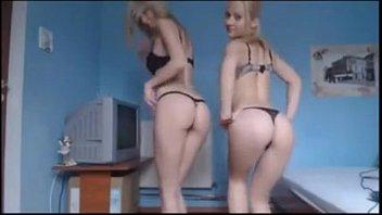 Primas novinhas loirinhas fazem strip ficando nuas ao vivo na cam caseira