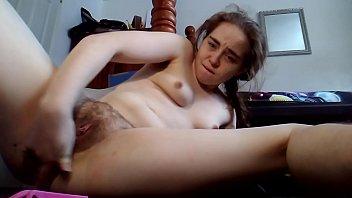 Novinha da buceta aberta e peluda toca siririca na cam
