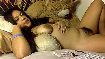Novinha fofinha exibe peitos e xota cabeluda na webcam