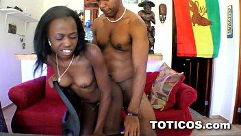 Negra novinha leva tora na xota e toma banho de porra