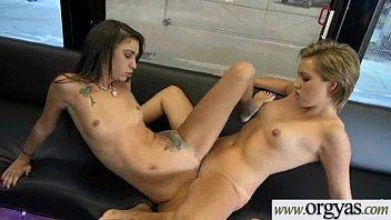 Safada chupa macho e esfrega a buceta junto com lésbica novinha