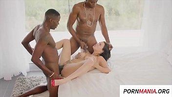 Sexo interracial novinha na suruba com dois pretos ticudos