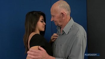 Neta do corpo escultural sexo com avô idoso do pau grosso