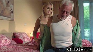 Novinha faz sexo com avô idoso broxa do pinto pequeno