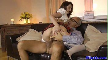 Novinha faz sexo com vovô tarado do pau grande e duro