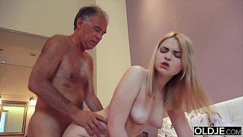 Novinha puta faz sexo com pai coroa e ganha porra na boquinha