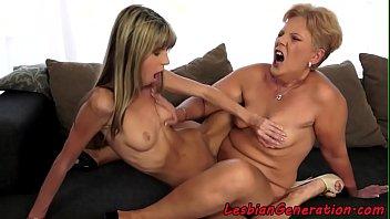 Mãe coroa e filha novinha lésbica se esfregando até gozar