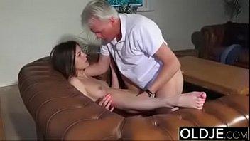 Novinha acorda com tesão chupa e faz sexo com pai coroa