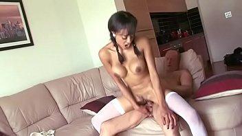 Enteada novinha chupa e faz sexo com padrasto maduro dotado