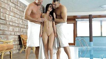 Putinha na suruba com machos maduras na beira da piscina do clube