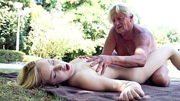 Incesto real neta acorda no sitio e faz sexo com avô ao ar livre