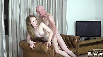 Avô idoso tira a virgindade da neta novinha de 18 anos