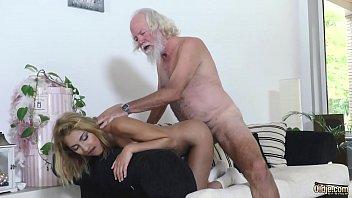 Neta loirinha faz sexo com avô barbudo da piroca grande