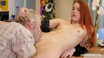 Neta ruiva faz oral e sexo gostoso com vovô gordinho