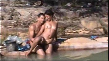 Novinha Brasileira é flagrada tomando banho de rio fodendo com macho