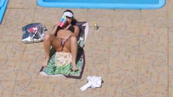 Sortudo flagra e filma vizinha de biquini se masturbando na beira da piscina