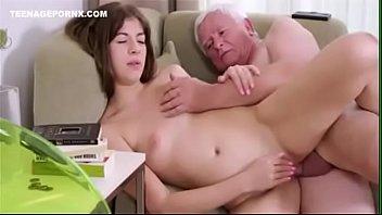 Netinha faz sexo com avô idoso de cabeça branca e pinto pequeno