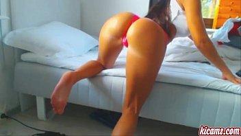 Gata sarada sexy da bunda empinada faz strip exibindo seios siliconados na webcam